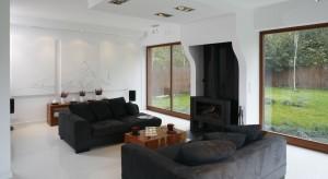 Duże przeszklenia są gwarancją optymalnego doświetlenia domu. Ponadto wzbogacają pomieszczenie pięknym widokiem zza okna, dzięki czemu wnętrze zyskuje niepowtarzalny wygląd a my - dobry nastrój i samopoczucie.