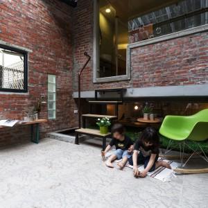 Opuszczony taras zaadaptowano na ogród, w którym miejsce do zabaw odnajdą najmłodsi domownicy. Projekt: HAO Design Studio. Fot. Joey Liu.