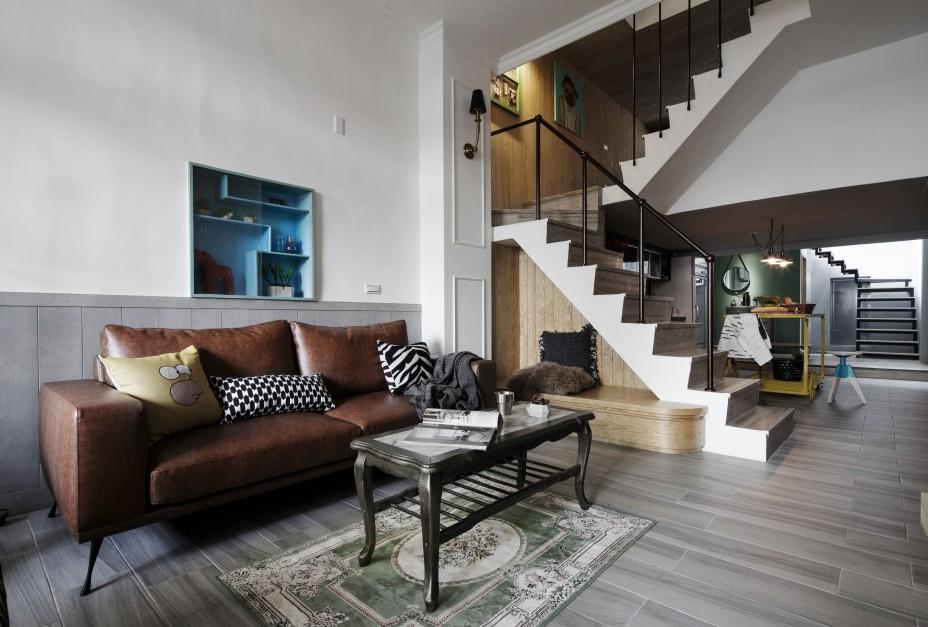 Wnętrza wykończono z dbałością o każdy szczegół. Otwarta klatka schodowa współgra wizualnie z resztą wnętrza: stopnie schodów wykończono taką samą posadzką jak podłogi, a poręcze korespondują stylistyką z oświetleniem w przedpokoju. Pod schodami zaplanowano niewielki podest. W powstałym kąciku można usiąść lub ustawić dekoracje. Projekt: House Design Studio. Fot. Joey Liu.