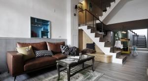 Ciemne mieszkanie w starym, 50-letnim budynku przeszło gruntowną renowację. Po remoncie lokum zachwyca stylowymi wnętrzami w kolorach ziemi.