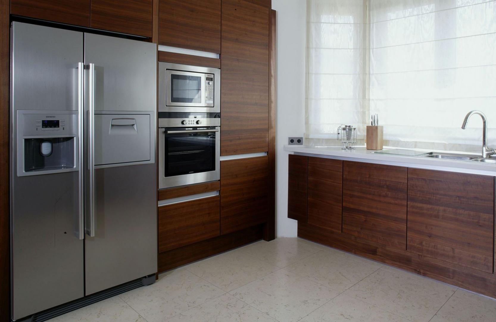 Ciemna drewniana zabudowa z Kuchnia w kolorze   -> Kuchnia W Kolorze