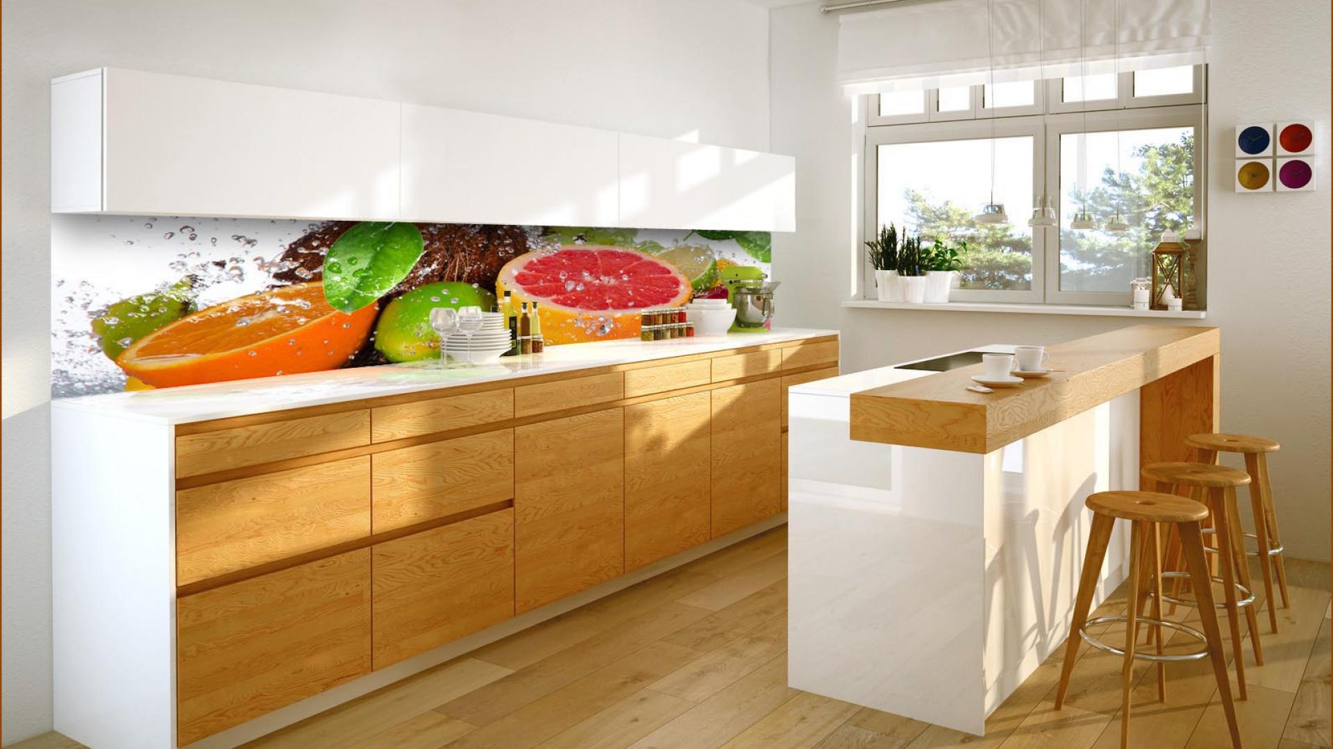 Fototapeta z apetycznymi owocami doskonale ożywia jasną, stonowaną przestrzeń kuchni. Doskonale sprawdza się nad blatem - stanowi nie tylko piękną dekorację. Zabezpiecza również ścianę przed wszelkimi zabrudzeniami. Fototapet dostępna jest w ofercie sklepu Grafdeco. Fot. Grafdeco.