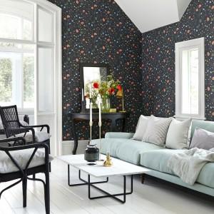 Ciemny odcień szarości jest niezwykle elegancki.  W połączeniu z drobnymi, kolorowymi kwiatami będzie szykowną dekoracją pokoju dziennego. Tapeta FalsterboII marki JVD. Fot. JVD.