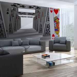 Tapeta marki Minka przedstawiająca misternie ułożony domek z kart. Taka dekoracja nadaje wnętrzu oryginalny wygląd oraz powiększa je optycznie. Fot. Minka.