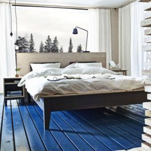 Naturalne materiały wprowadzają do sypialni ciepły, przytulny nastrój. Na zdjęciu łóżko Nornas wykonane z litego drewna. Fot. IKEA