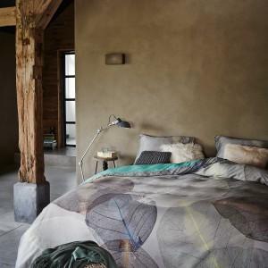 Tkaniny ozdobione wzorami zainspirowanymi naturą: kwiatami, liśćmi doskonale sprawdzą się w każdej sypialni. Fot. Essesnza.