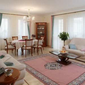 Pastelowe kolory dywanu i zasłon oraz stylizowane meble sprawiły, że salon nabrał kobiecego charakteru. Projekt: Małgorzata Bogołębska. Fot. Tomasz Markowski.