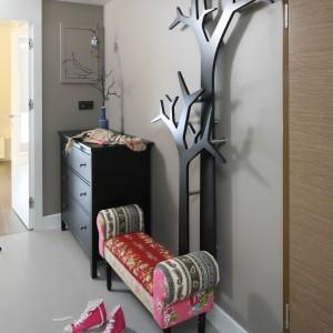 Głównym elementem wystroju jest tu wieszak-drzewko. Przy nim postawiono patchworkowa ławeczkę. Projekt: Małgorzata Borzyszkowska. Fot. Bartosz Jarosz.