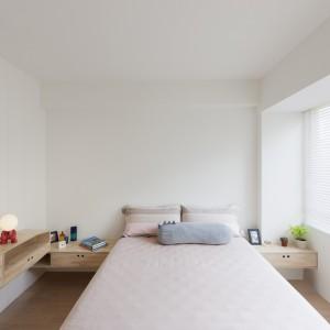 W sypialni, podobnie jak w całym mieszkaniu, dominują jasne barwy. Biel na ścianach i duże przeszklenia optycznie powiększają przestrzeń. Projekt: KC Design Studio. Fot. KC Design Studio.