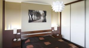 Połączenie spokojnej, stonowanej kolorystki oraz klasycznego wyposażenia to sprawdzony sposób na przytulną sypialnię. W towarzystwie dobrze dobranego oświetlenia i dodatków powstało ponadczasowe, eleganckie wnętrze.