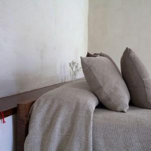 Tkaniny o neutralnych barwach z wyraźnie zaznaczoną fakturą dodadzą uroku każdej sypialni. Fot. Texidors.