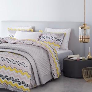 Pościel z cienkiej bawełny we wzorzyste, kolorowe nadruki ociepli każdą sypialnię. Pościel zapinana na metalowe zatrzaski. Fot. H&M Home.