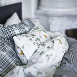Komplet pościeli Snärjmåra w zieloną, ponadczasową kratkę. Pościel wykonana w 100% z bawełny. Fot. IKEA.