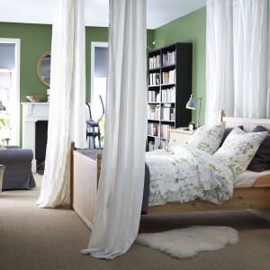 Baldachim z lekkiej tkaniny wprowadzi do sypialni romantyczny charakter. Odpowiednio dobrano tkanina może stać się ciekawą dekoracją wnętrza. Fot. IKEA.