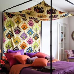 Kolorowa tkanina może tworzyć ciekawą dekorację łózka. Fot. Zimmer Rohde.