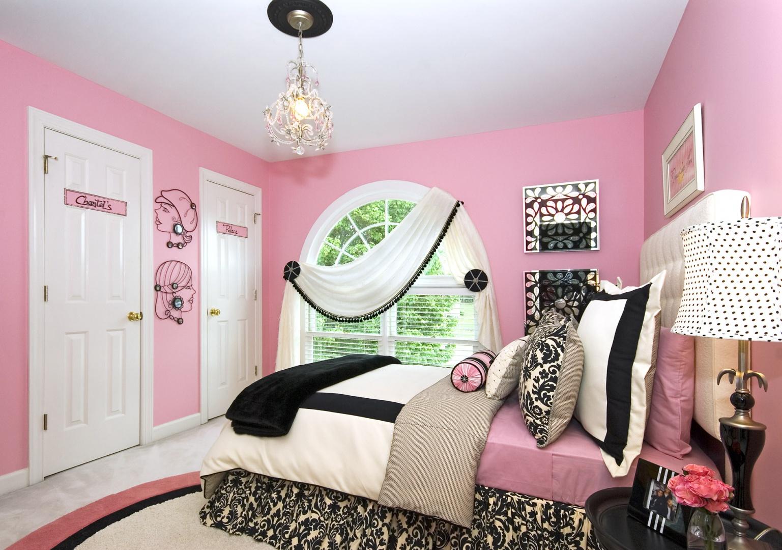 Róż, biel, czerń i połyskujące dekoracje to przepis na ciekawą aranżacje w stylu glamour. Charakteru nadają tkaniny ze wzorem inspirowanym umaszczeniem zebry. Fot. Links Service.