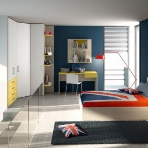 Intensywny kolor ścian i kilka gustownych dodatków potrafią zmienić najzwyklejszy pokój w designerską przestrzeń młodej kobiety. Fot. Colombini Casa.