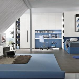 Pomysł na modny pokój córki na poddaszu. Skandynawski styl wnętrza przełamują meble w intensywnie niebieskim kolorze oraz ciemnoszare detale. Fot. Tomasella.