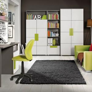 Szaro-biały zestaw nowoczesnych mebli Libelle marki Abra Meble ożywiają zielone uchwyty. Aranżację ożywiają: limonkowe krzesło obrotowe oraz rozkładana kanapa pełniąca funkcję łóżka. Fot. Abra Meble.