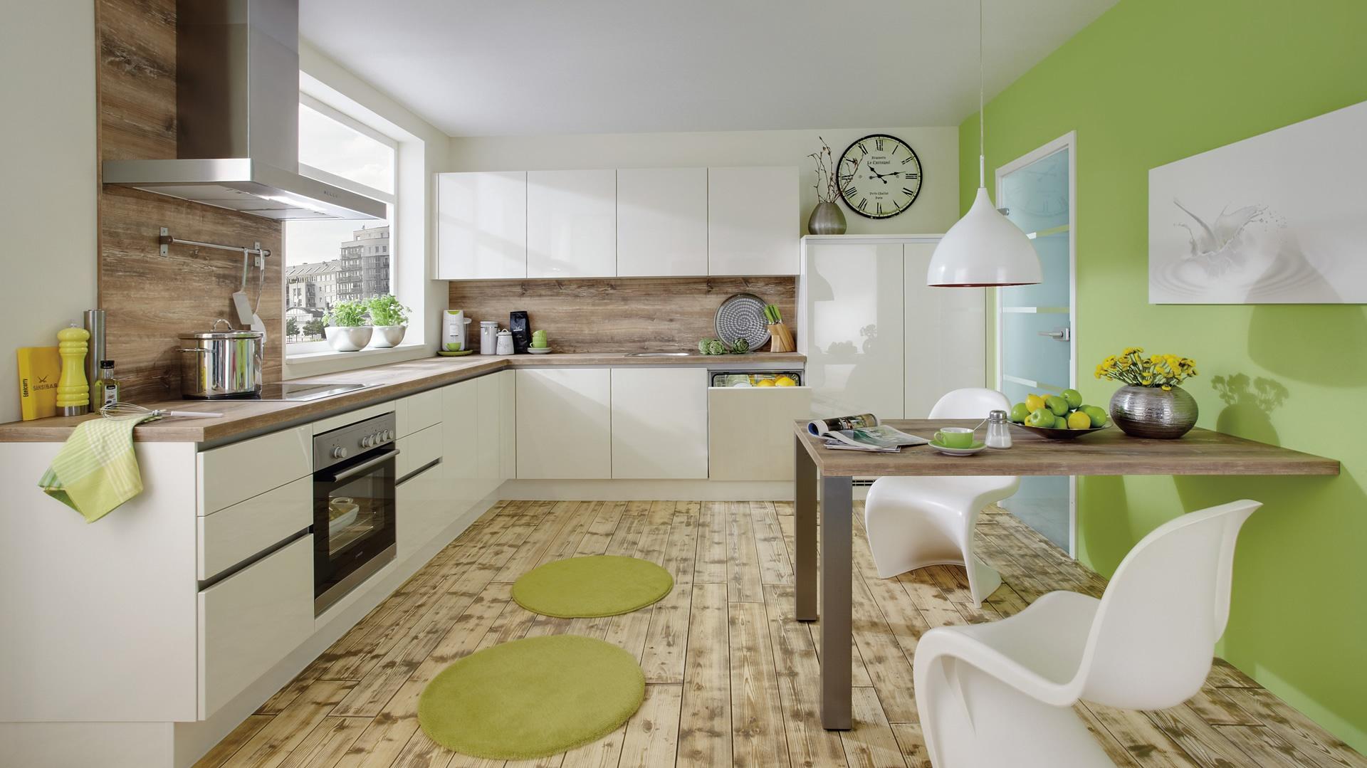 W niewielkiej kuchni stół może stykać się ze ścianą jednym bokiem, dzięki czemu zaoszczędzimy cenną przestrzeń. Może on być nawet przymocowany do ściany. Takie rozwiązanie sprawdzi się w kawalerkach i małych mieszkaniach, w których nie ma wielu domowników. Fot. Nobilia.