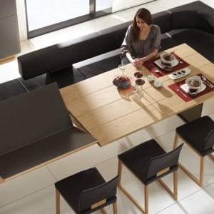Jeśli mamy mało miejsca i kilkuosobową rodzinę warto pomyśleć o rozsuwanym stole, który na co dzień nie zajmuje dużo miejsca. Powiększa natomiast swoją powierzchnię na czas posiłków i spotkań towarzyskich. Fot. Voglauer.