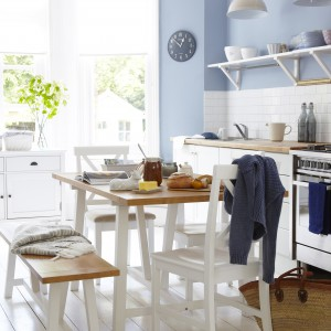 Stół w zasadzie powinien być centralnym elementem kuchni. Najlepiej, jeśli będziemy mieć do niego dostęp z każdej strony, a wokół będzie wystarczająco dużo miejsca, by swobodnie odsunąć krzesła. Fot. Tesco Direct.