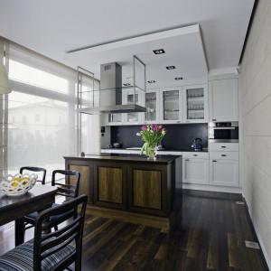 Jeśli nasza kuchnia jest otwarta na salon, stół warto ustawić na granicy tych dwóch pomieszczeń. Będzie on nie tylko umownie je oddzielał, stanie się też świetną ozdobą całego wnętrza. Fot. Wirchomski.