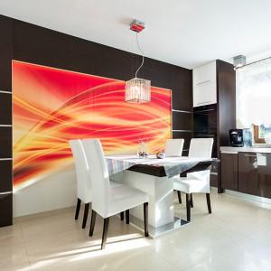 Piękny stół warto eksponować ustawiając go w miejscu, do którego w dzień dociera dużo światła słonecznego. Można też efektownie ozdobić ścianę przy której ustawiono mebel. Fot. Max Kuchnie.