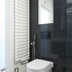 Loftowy styl łazienki podkreślają  zastosowane kolory. Grafitowe płytki akcentują surowy charakter wnętrza. Projekt: Kasia i Michał Dudko. Fot. Bartosz Jarosz.