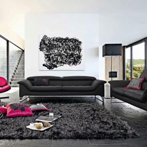 Czarna sofa Synopsis marki Roche Bobois, zaprojektowana przez Sachę Lakic. Nowoczesny charakter mebla podkreśla gładka, połyskująca tapicerka. Fot. Roche Bobois.