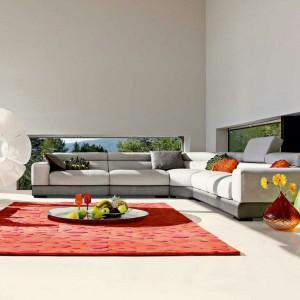 Minimalistyczna sofa narożna Ultra marki Roche Bobois. Podnoszone zagłówki oraz kolorystyka plasują model w kategorii mebli modnych, a zarazem funkcjonalnych. Fot. Roche Bobois.