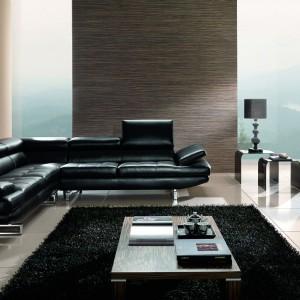Czarna kanapa Habart w skórzanym obiciu to propozycja do eleganckiego salonu lub gabinetu. Nowoczesny charakter mebla podkreśla stalowe podparcie. Fot. Maxdivani.