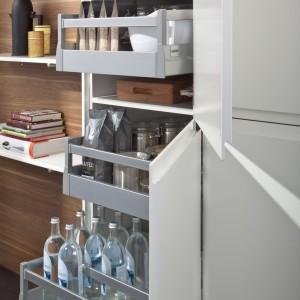 Niemiecka firma Leicht -producent mebli kuchennych - stawia na nowoczesne systemowe rozwiązania. Przykładem takiego podejścia są szafki z poręcznymi szufladami, ułatwiającymi dostęp do wybranych produktów oraz ich poręczne posegregowanie. Fot. Leicht.