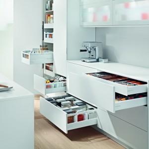 Przestrzeń do przechowywania artykułów spożywczych oraz akcesoriów kuchennych można łatwo powiększyć dzięki pojemnym szufladom, które ułatwiają segregację, utrzymanie porządku i dostęp do potrzebnego produktu czy narzędzi. Dodatkowa szuflada w szufladzie ułatwia przechowywanie drobnych narzędzi i sztućców, oszczędzając miejsce. Fot. Blum.