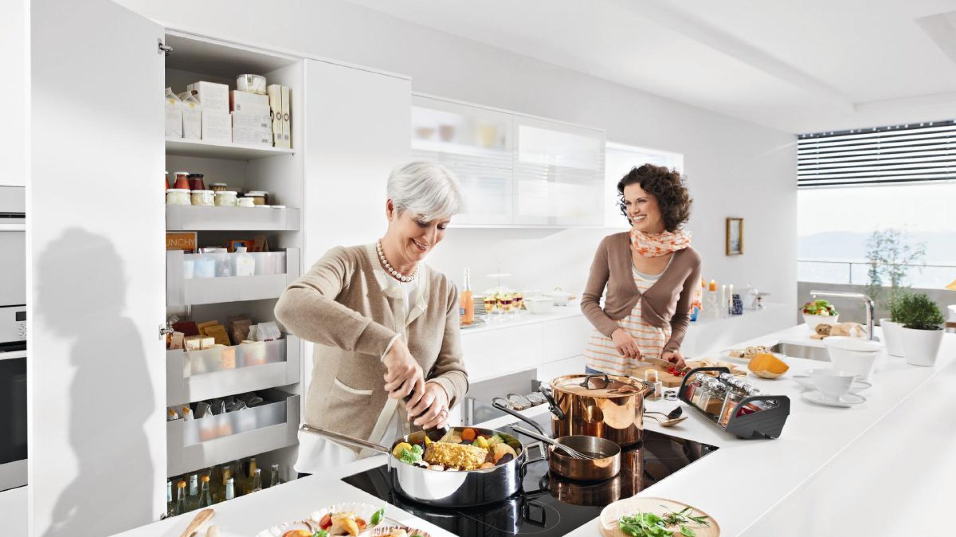 Przyjemne i sprawne przygotowywanie posiłków zależy w dużej mierze od odpowiedniego zorganizowania przestrzeni w kuchni. Pomogą w tym nowoczesne system do kuchni, pomagające w uporządkowaniu produktów i akcesoriów kuchennych. Fot. Blum.
