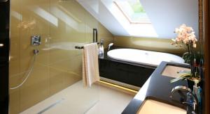 Coraz częściej rezygnujemy z tradycyjnej kabiny prysznicowej na rzecz otwartej strefy prysznica, oddzielonej szklaną taflą. Ściana za prysznicem daje wówczas pole do realizacji aranżacyjnych pomysłów.
