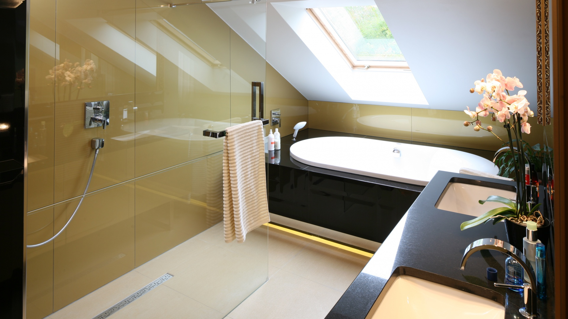 W eleganckim salonie kąpielowym strefa prysznica ma charakter otwarty, oddzielona jest od reszty łazienki jedną szklaną ścianką. Projekt: Chantal Springer. Fot. Bartosz Jarosz.