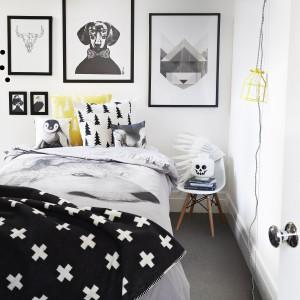 A to propozycja dla nastolatka. Poszewkę na kołdrę zdobi nadrukowane, czarno-białe zdjęcie przemiłego psa. Taką designerską pościelą nie pogardziłby nawet dorosły mężczyzna. Fot. Norsu Interiors.