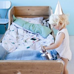 Łóżko służy maluchom nie tylko do wypoczynku, ale też radosnej zabawy. Należy wiec pamiętać o tym, aby regularnie prać pościel. Oczywiście używając do tego bezpiecznych dla najmłodszych detergentów. Fot. The Kid Who.