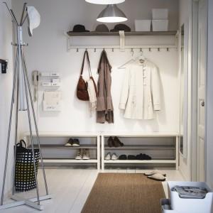 Kolekcja Tjusig od IKEA to prosty sposób na przechowywanie kapeluszy, płaszczy i butów. Rozwiązanie minimalistyczne, ale bardzo praktyczne, pomoże uporządkować przedpokój. Ceny: ława z miejscem na buty - 299 zł, półka na kapelusze - 79,99 zł, wieszak stojący - 159 zł. Fot. IKEA.