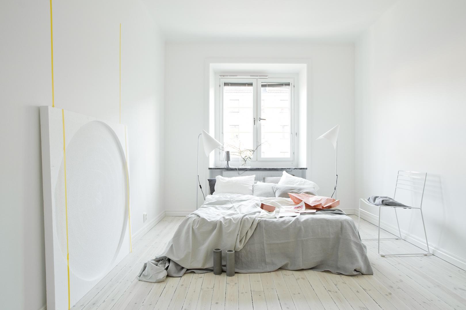 bia e wysokie lampy sypialnia w stylu skandynawskim tak j o wietlisz strona 6. Black Bedroom Furniture Sets. Home Design Ideas