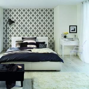 Tapeta Gentle Elegance doda każdemu wnętrzu szyku. Umieszczona tylko na jednej ścianie stanowi doskonałe tło dla tapicerowanego łóżka. Tapeta dostępna jest w kilku wersjach kolorystycznych. Fot. Rasch.