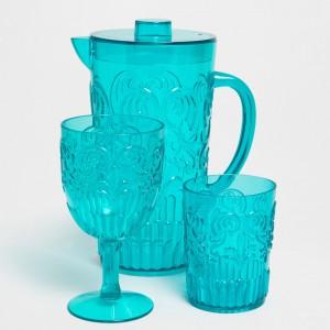 Piękne szklane naczynia: szklanki, kieliszki i dzbanki z barwionego szkła to propozycja od marki Zara Home. Z pewnością ubarwią każde przyjęcie. Fot. Zara.