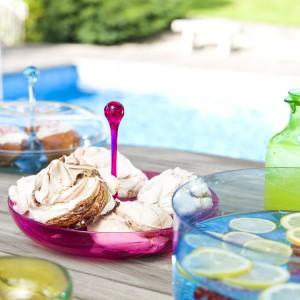 Urocze szklane patery, miski i dzbanki w słodkich cukierkowych kolorach świetnie nadadzą się na karnawałowe przyjęcie. Można w nich podać przystawki, napoje i poncz. Designerski wygląd przyciągnie uwagę gości. Fot. Sagaform.