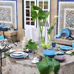 Czasem wystarczy kilka kolorowych detali, żeby  wnieść do wnętrza świeżość i radość. Barwne talerze i kieliszki to świetna alternatywna dla białej klasycznej zastawy. Fot. Inne Meble.