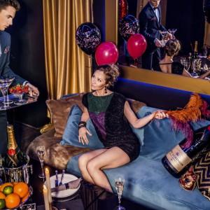 Sekret udanego karnawałowego przyjęcia tkwi przede wszystkim w dobrym towarzystwie, ale także w odpowiednim ubiorze, dodatkach, dekoracjach wnętrza i stołu. Zabawa ma być wesoła, a wręcz szampańska! Fot. Almi Decor.