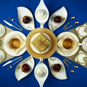 Wytworna biała porcelana o ciekawych kształtach ze złoceniami znakomicie prezentuje się na kontrastowo dobranych obrusach. Inspirująca aranżacja na szykowne przyjęcie. Fot. Villeroy&Boch.
