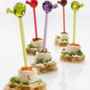 Kolorowe plastikowe wykałaczki z ptaszkami pomogą urozmaicić stół i podawane przekąski. Wesoła propozycja na każdą imprezę. Fot. Koziol.