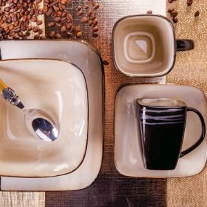 Elegancka kremowo-brązowa zastawa kojarzy się z orzeźwiającą barwą kawy. Świetna do podawania pyszności gościom i użytku na co dzień. Fot. Home&You.