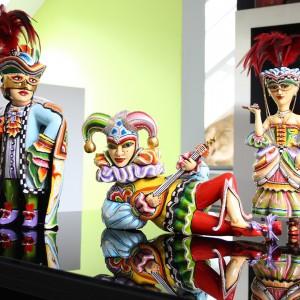 Do wystroju wnętrza w karnawale przyda się coś bezpośrednio kojarzącego się z dawnymi karnawałami. Figurki Hrabia i Hrabina Harlequin i błazen-grajek projektu Tom Hoffmanna prezentują kunszt bardzo wysokiej jakości, z doskonałym wykończeniem. Fot. Rosenthal.